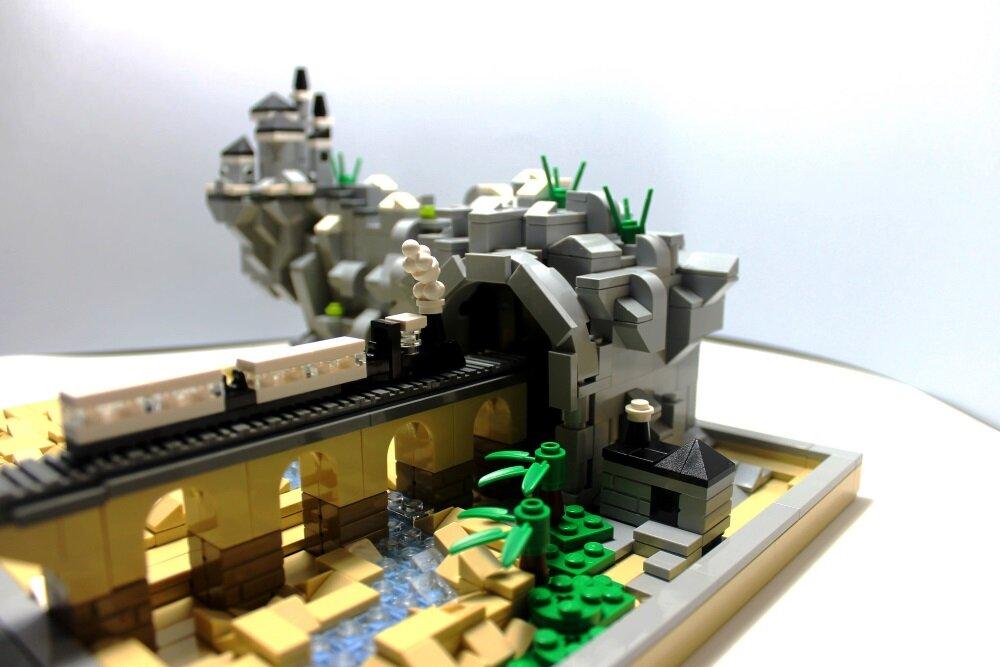 LEGO-миниатюра. Горный массив и поезд